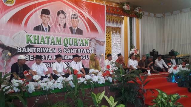 Wali Kota Tatong Bara, didampingi sejumlah pimpinan SKPD saat menghadiri Khatam Alquran 600 santri