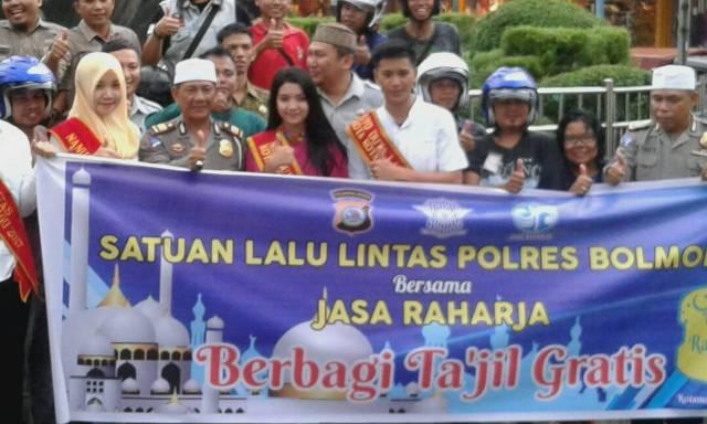 Sosilaisasi Keselamatan Berlaluintas dan Bagi-bagi Takjil oleh Satlantas Polres Bolmong