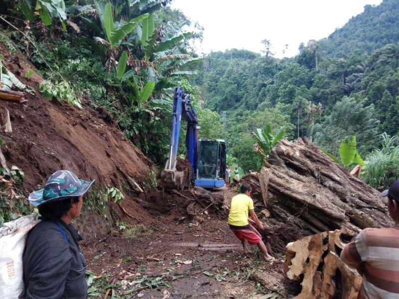 Akibat Cuaca Ekstrem, Akses Jalan Desa Manembo Terputus