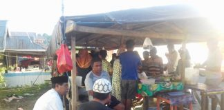 Eyang Berbagi dengan Masyarakat di Pasar Ramadhan Desa Kotabunan