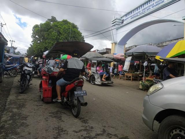 Lagi, Pengendara Keluhkan Pedagang di Pasar 23 Maret yang Berjualan Menggunakan Badan Jalan