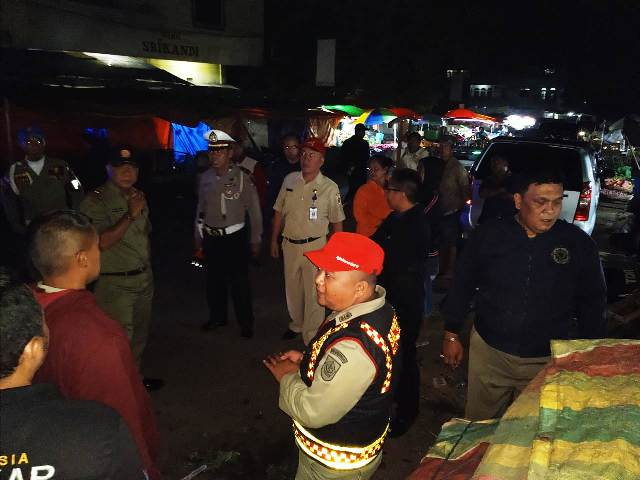 Tim Gabungan Tertibkan Pedagang di Pasar Serasi
