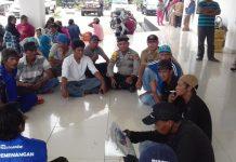 Suasana Aksi Unjuk Rasa di Kantor DPRD Boltim dapat Dicairkan oleh Bhabin Kamtibmas