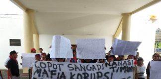 Puluhan Warga Nanasi Timur Demo di Kantor Bupati Bolmong