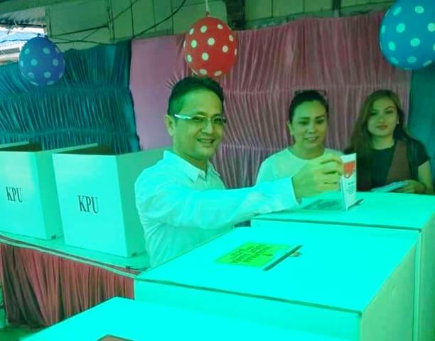 Didampingi Istri, Wabup Yanny Memilih di TPS 3 Desa Mogoyungung Dua