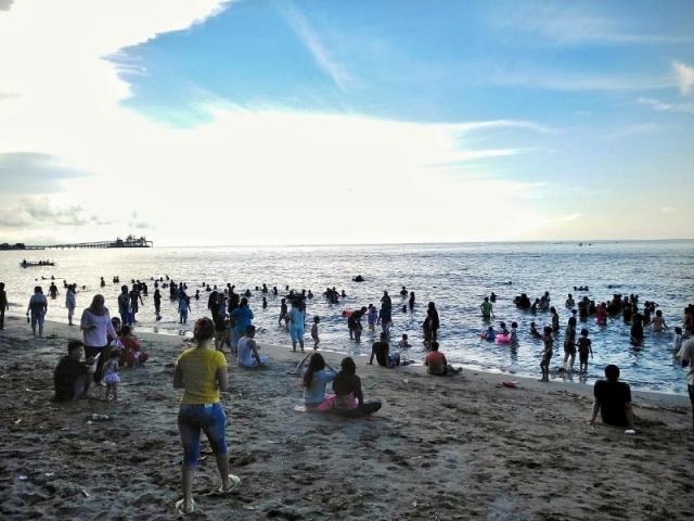 Sambut Ramadhan, Warga Kecamatan Bolaang Mandi Safar di Tepi Laut