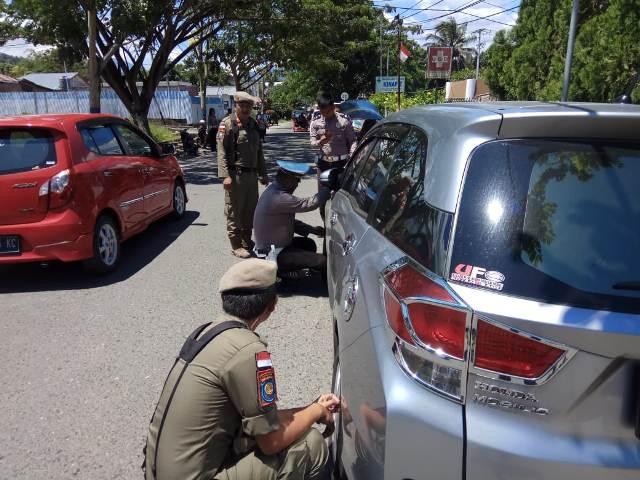 Parkir Sembarangan, Petugas Satpol-PP Gembosi Kendaraan di Jalan S Parman