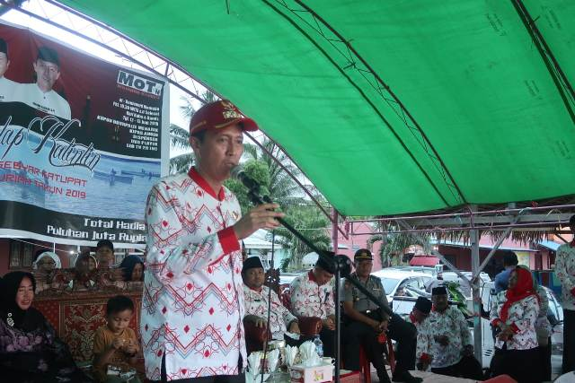 Bupati Bolsel Tutup Final Lomba Perahu Katinting di Mamalia