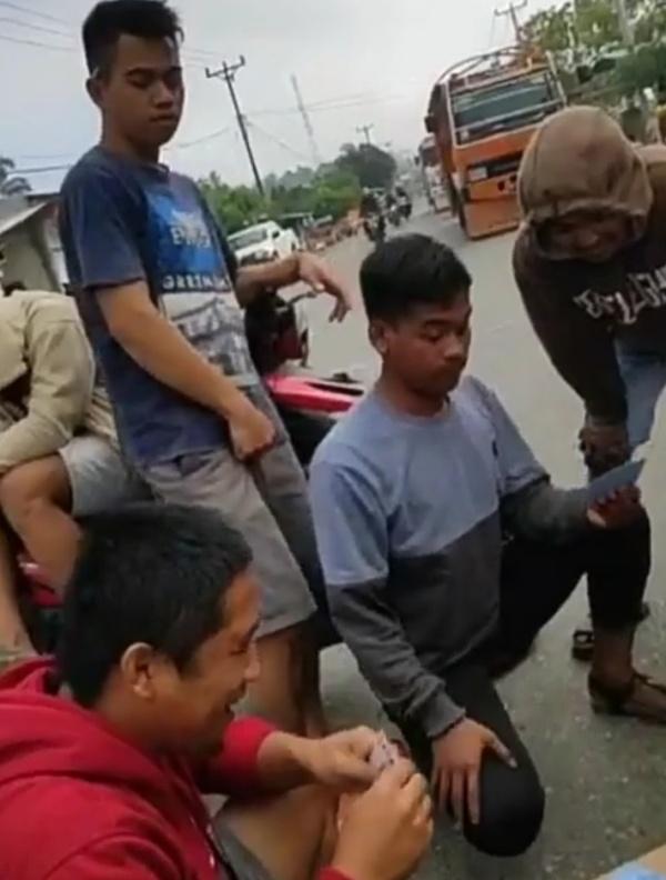 Tuntut Janji PT JRBM, Warga Bakan Sambil Main Kartu di jalan