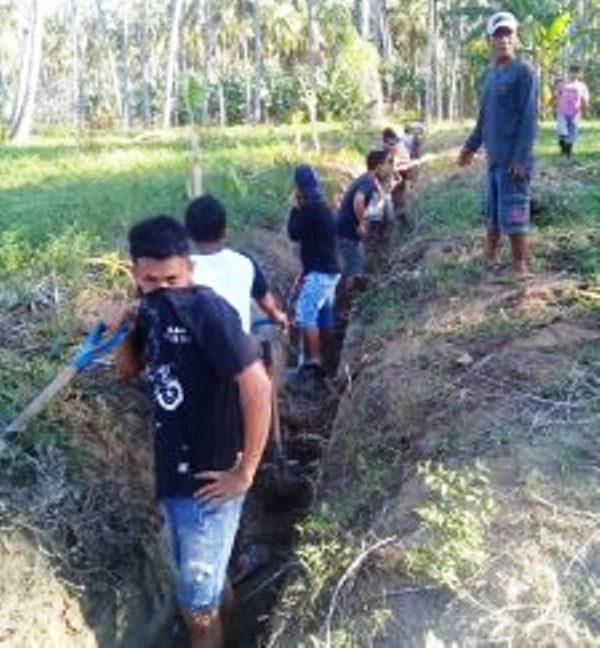 Pikat Hati Pemilih, Calon Sangadi Bersikan Drainase