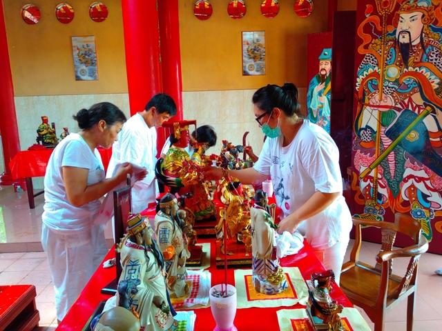 Jelang Imlek 2571, Puluhan Arca di Klenteng Tian Shang Sheng MU Khung Dibersihkan