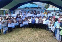 Pemda Boltim Serahkan Bantuan kepada Masyarakat Nelayan