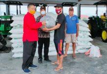 NayodoSerahkan Bantuan Bibit Ikan Kepada 5 Kelompok di Kotamobagu