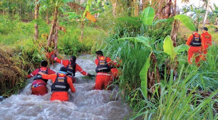 Tampak Basarnas sedang melakukan penyisiran mencari korban hanyut di Sungai Koli