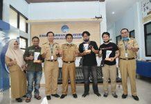Sekda Serahkan Hadiah untuk Tiga Pemenang Lomba Menulis Feature Diskominfo Bolmong