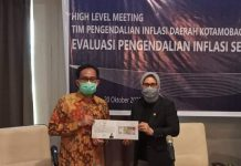 Tatong Bara Terima UPK Dari Bank Indonesia