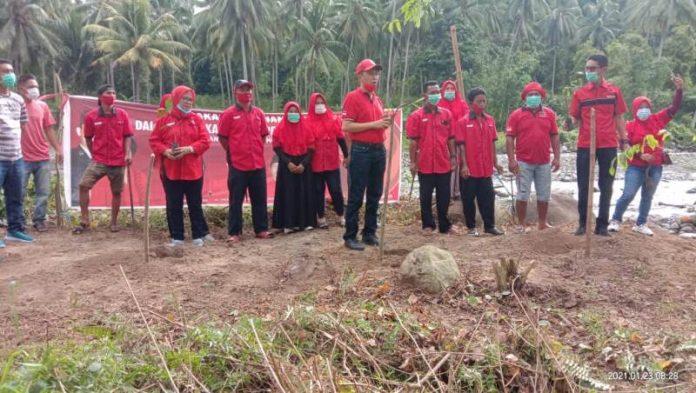 Maknai HUT ke-48, DPC PDI Perjuangan Lakukan Penanaman 1.200 Pohon di Tepian Sungai
