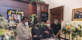 Bupati dan Wakil Bupati Bolmut Ucapkan Rasa Duka Cita Mendalam Saat Melayat ke Rumah Duka Almarhum SHS