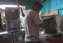 Tampak Bapak Tahir sedang membuat oven