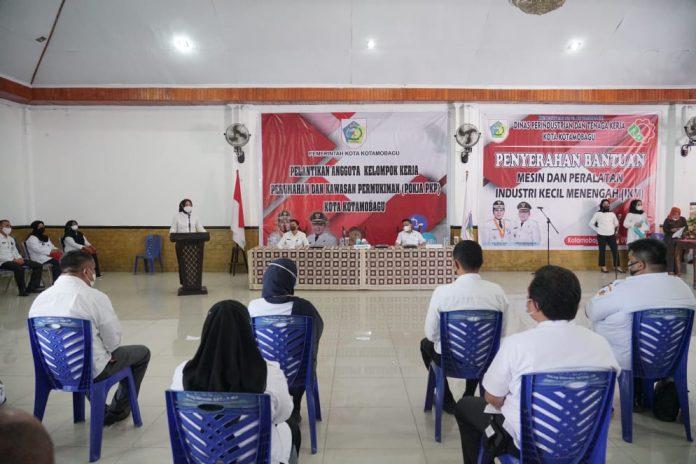 Kukuhkan Kelompok Kerja PKP, Tatong Bara Serahkan Bantuan Kepada IKM