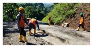 PT PP Proyek Bendungan Lolak Respon Cepat Keluhan Masyarakat dengan Membantu Pembersihan Jalan Provinsi