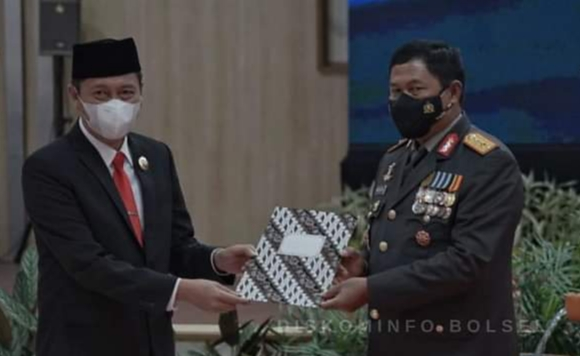 Hadiri HUT Bhayangkara Ke-75 di Polda Sulut, Iskandar Kamaru Terima Piagam Penghargaan dari Kapolda
