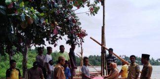 Pemdes Tangagah Serahkan Bantuan Rakit Kepada Kelompok Nelayan